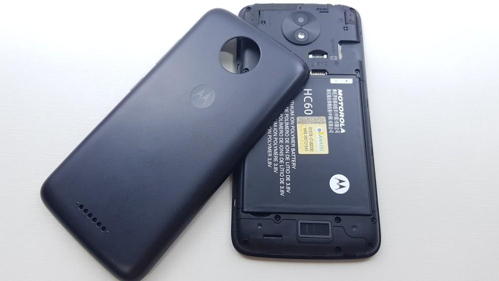 6f8a8397e Na traseira do Moto C Plus encontramos uma câmera de 8 megapixels com  abertura f 2.2 capaz de gravar na resolução HD. Na parte frontal temos uma  câmera de 2 ...