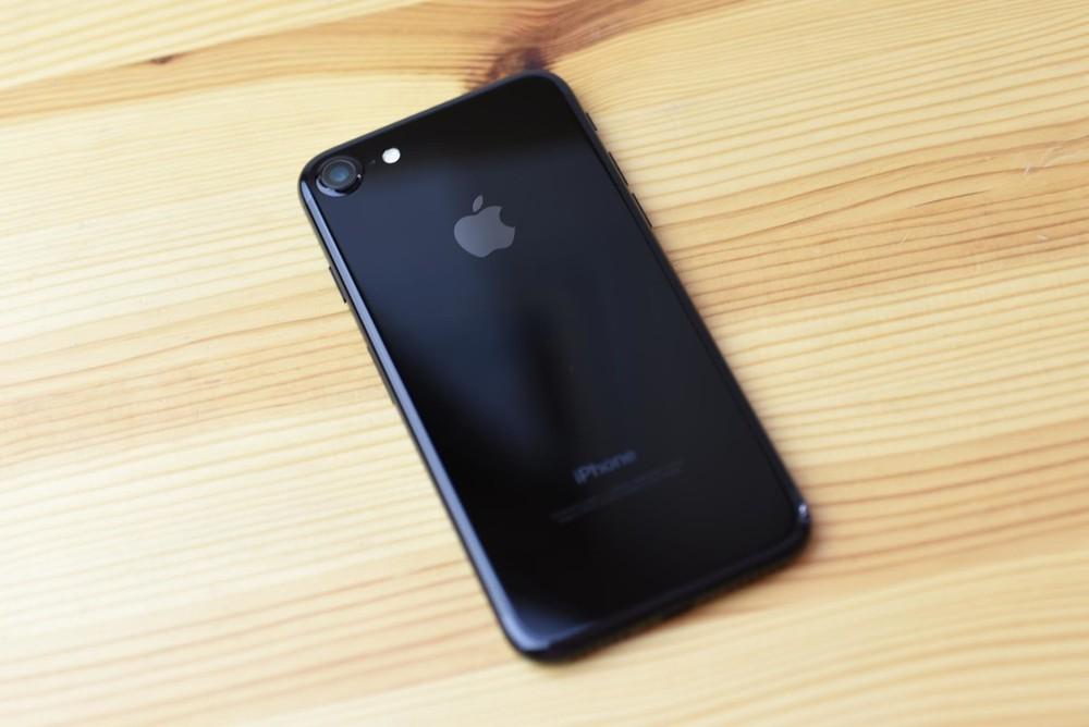 88fdcd2af0 Imagem: iPhone 7 Jet Black, com um alumínio escuro e polido até ficar  brilhante.