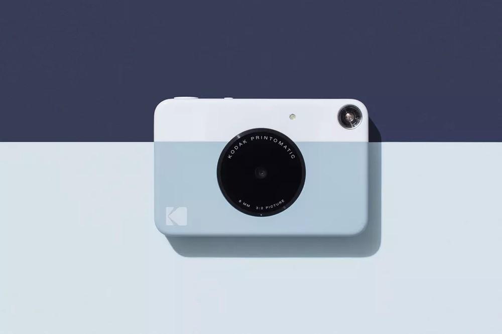 Ela possui um design bem mais compacto e moderno do que a representante da  Polaroid, buscando agradar ao público jovem com duas ... 39230f6a3a