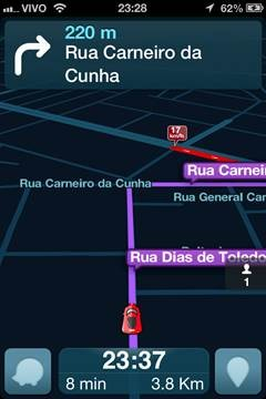 Em cima da tela você encontra a seta para onde você deverá fazer a próxima  curva, com a distância e o nome da rua que você deverá entrar. 997539711c